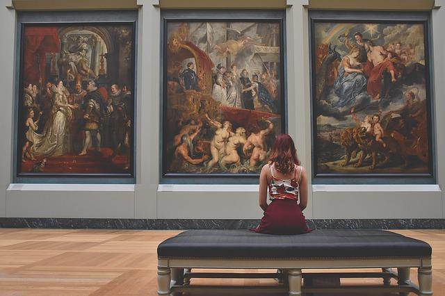 dívka v galerii umění