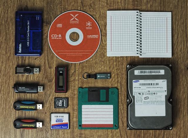 paměťová zařízení na stole