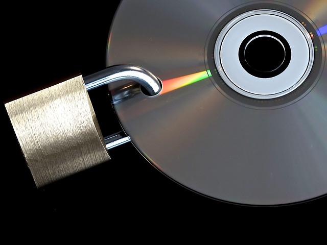 zámek připnutý na CD