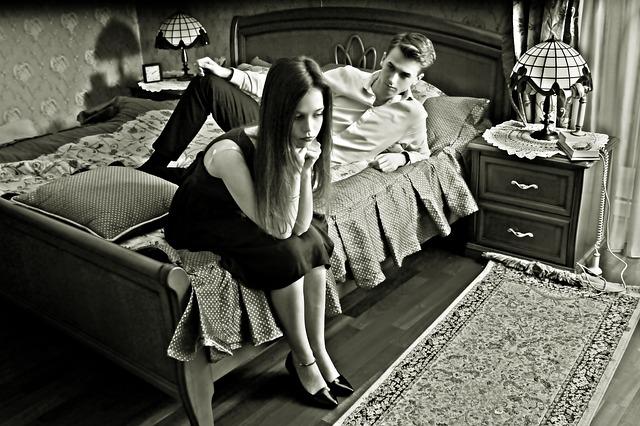 muž a žena jsou naštvaní a odvrácení od sebe.jpg