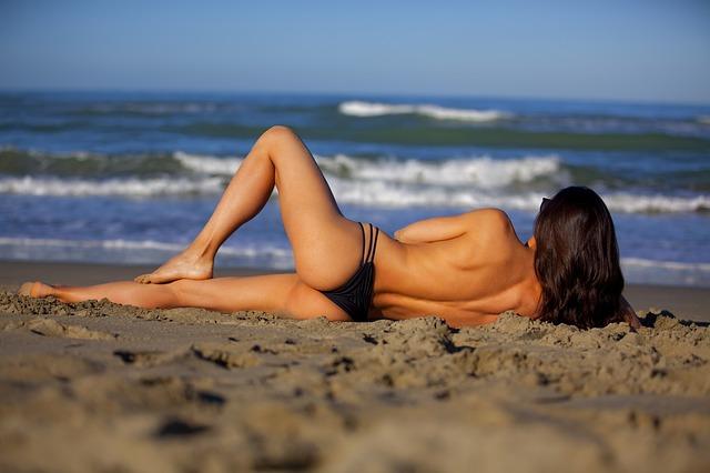 žena leží na pláži