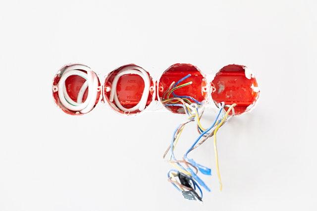 Dráty vedoucí z elektrické zásuvky